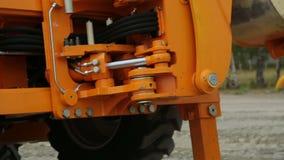 Mudanza de la pieza hidraulic del ` s del tractor almacen de metraje de vídeo