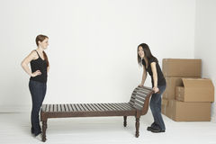 Mudanza de los muebles pesados Imágenes de archivo libres de regalías