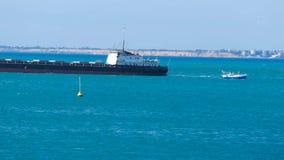 Mudanza de una nave a lo largo de la costa almacen de metraje de vídeo