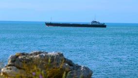 Mudanza de una nave a lo largo de la costa almacen de video