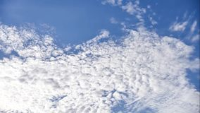 Mudanza del cielo y de la nube del lapso de épocas hermosa el día soleado almacen de video
