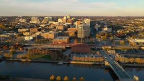 Mudanza en el río excesivo y el horizonte céntrico Wilmington Delaware de Cristina de la ciudad almacen de metraje de vídeo
