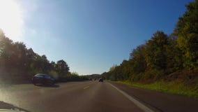 Mudanza encendido del autobahn, camino rápido de la carretera alemana, verano del cielo azul almacen de video