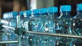 Mudanza plástica de las botellas de agua metrajes