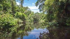 Mudanza a través del canal en el río almacen de metraje de vídeo