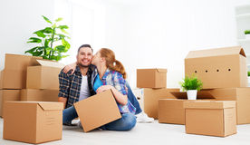 Mudanza a un nuevo apartamento Pares de la familia y caja de cartón felices imagen de archivo