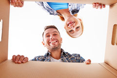 Mudanza a un nuevo apartamento Pares de la familia y caja de cartón felices fotos de archivo libres de regalías