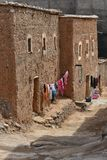 Mudbrick生存房子在摩洛哥,街道视图 免版税库存照片