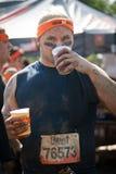 坚韧Mudder :在种族以后的愉快的赛跑者 免版税库存图片