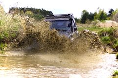 mudding路的Jeep Cherokee 免版税库存照片