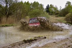mudding路的Jeep Cherokee 免版税库存图片