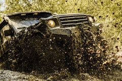 Mudding通过湿泥或黏土区域是roading  在泥的轨道 行动轮子轮胎和越野是 图库摄影