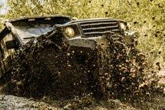 Mudding off-roading com uma área da lama ou da argila molhada Trilha na lama Faça sinal aos pneus das rodas e fora de estrada que fotografia de stock