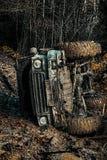 Mudding off-roading par un secteur de boue ou d'argile humide Outre du camion de sport de route entre le paysage de montagnes Tou photographie stock