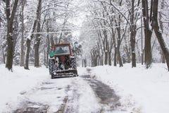 Muddra att göra ren vägarna från snön Fotografering för Bildbyråer
