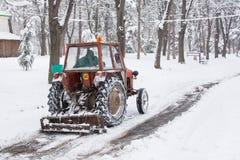 Muddra att göra ren vägarna från snön Arkivbilder