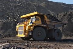 Muddra fyller på lastbilkol Lastbilen som transporterar kol royaltyfri foto