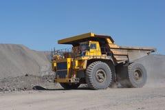 Muddra fyller på lastbilkol Lastbilen som transporterar kol Royaltyfria Bilder
