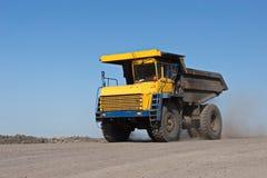 Muddra fyller på lastbilkol Lastbilen som transporterar kol arkivfoton