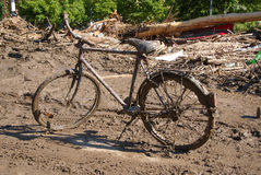 Muddy Antique Bicycle en el un montón de basura Foto de archivo