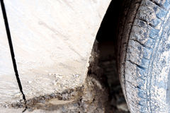 Muddy Car Wheel Arch en Band Stock Foto