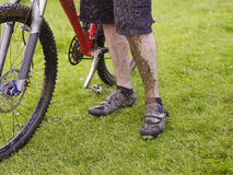 Muddy Cyclist With Bike Lizenzfreie Stockfotos