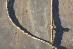 Muddy Rappelling Wall con la cuerda fotografía de archivo