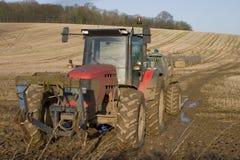 Muddy Red Tractor fotografie stock libere da diritti