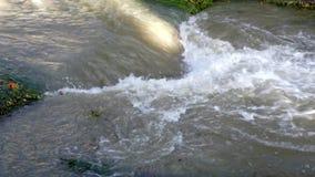 Muddy River in der Flut nach der Regenflut, überschwemmend durch Regen, überschwemmter Strom stock video
