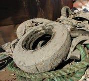Muddy Tires in een Dumpster verzamelde na een Schoonmaakbeurtgebeurtenis Stock Afbeeldingen