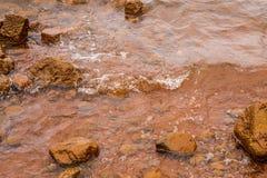 Muddy Water Waves Hitting een Rots, Panshet stock afbeeldingen
