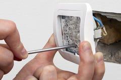 Mude o interruptor da luz, conecte os fios da fiação da casa imagem de stock