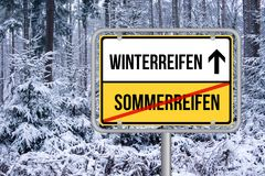 Mude pneus do verão ao sinal de rua dos pneus do inverno Wechseln Schild do auf Winterreifen de Von Sommerreifen Foto de Stock Royalty Free