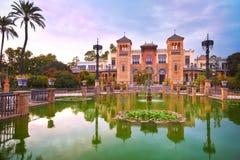Mudejar亭子和池塘日落的,塞维利亚,西班牙 免版税库存照片