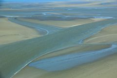 Mudflat at low tide stock foto's