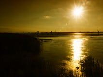 Mudflats in het estuarium van Weser-rivier dichtbij Nordenham bij zonsondergang stock afbeeldingen
