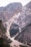 Mudflow med snöhöjdpunkt i de alpina bergen royaltyfria foton