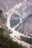 Mudflow med snöhöjdpunkt i de alpina bergen royaltyfri foto