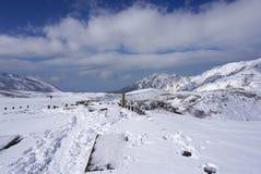 Mudoro-Feld im November mit Schneegebirgshintergrund Stockfoto