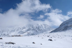 Mudoro-Feld im November mit Schneegebirgshintergrund Lizenzfreie Stockfotos