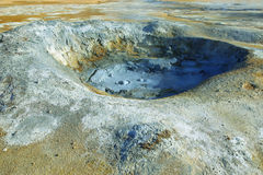 Mudpot i det geotermiska området Hverir Arkivbilder