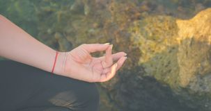Mudras do dedo perto do mar video estoque