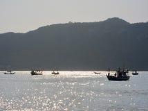 MUEANG PRACHUAP KHIRI KHAN, THAILAND - 12 02 2017 fiskebåtar i golfen av Thailand Fotografering för Bildbyråer
