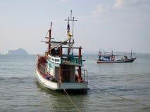 MUEANG PRACHUAP KHIRI KHAN, THAILAND - 12 02 2017 fiskebåtar i golfen av Thailand 2 Royaltyfri Bild