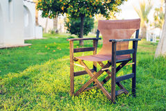 Muebles al aire libre blancos Los sillones en jardín del hotel le invitan a que se relaje Fotografía de archivo libre de regalías