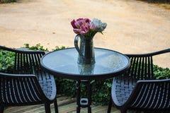 Muebles al aire libre de tablas y de sillas Foto de archivo libre de regalías