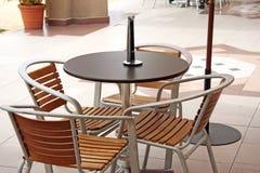 Muebles al aire libre del café Fotografía de archivo