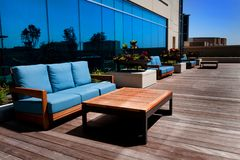 Muebles al aire libre en cubierta de madera Imágenes de archivo libres de regalías