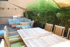 Muebles al aire libre en cubierta de madera Imagenes de archivo