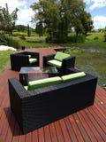 Muebles al aire libre: sillas en la plataforma del jardín - v Imágenes de archivo libres de regalías